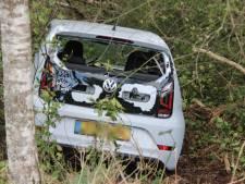 Poolse bestuurder belandt in sloot in Rijssen, maar stapt ongeschonden uit auto