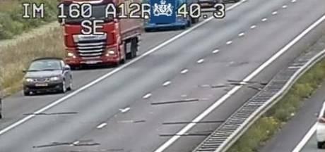 Houten balken blokkeren A12; Rijkswaterstaat stuurt 'weginspecteur zonder plankenkoorts'