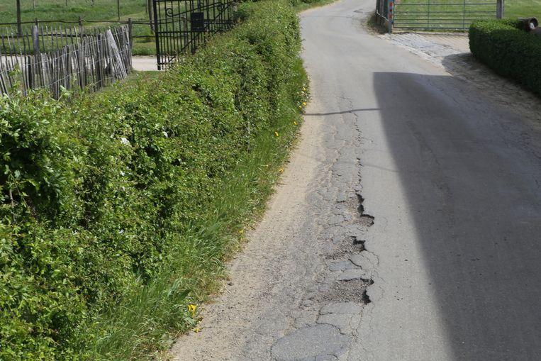 De kanten zijn helemaal ingezakt door dikwijls aan de waterleiding te werken.