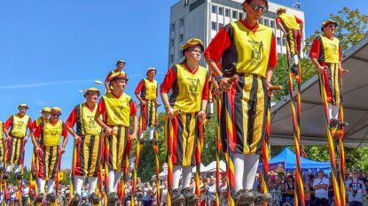 Merchtemse Steltenlopers demonstreren hun talent tijdens Zomercarnaval in Hongarije