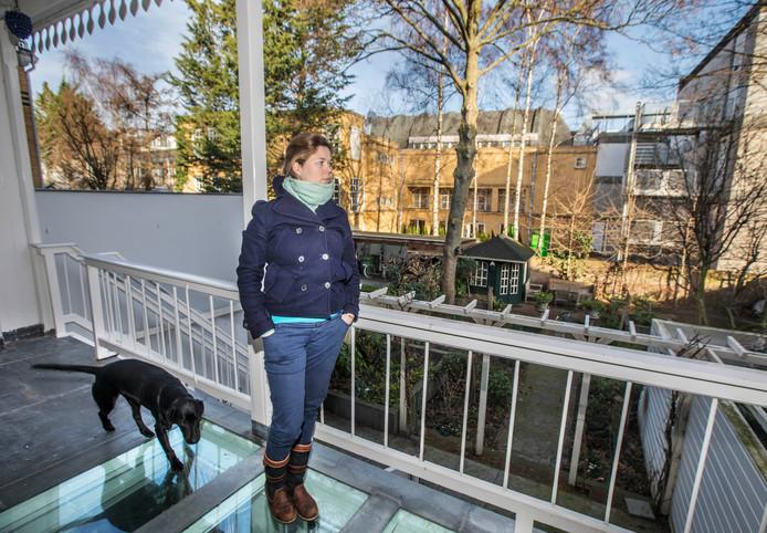 Desirée Rebel heeft vanaf haar woning zicht op de zalen van het museum. Het geluid van feesten dringt tot in haar huis.