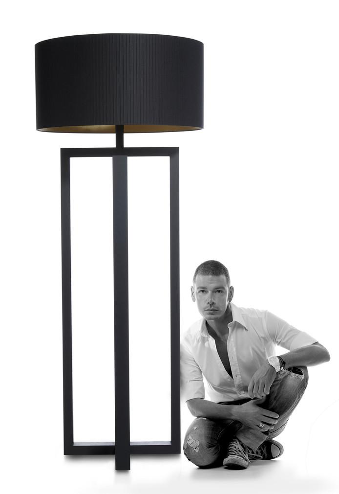 Adje Verhoeven met de door hem ontworpen Layer Big Loft .