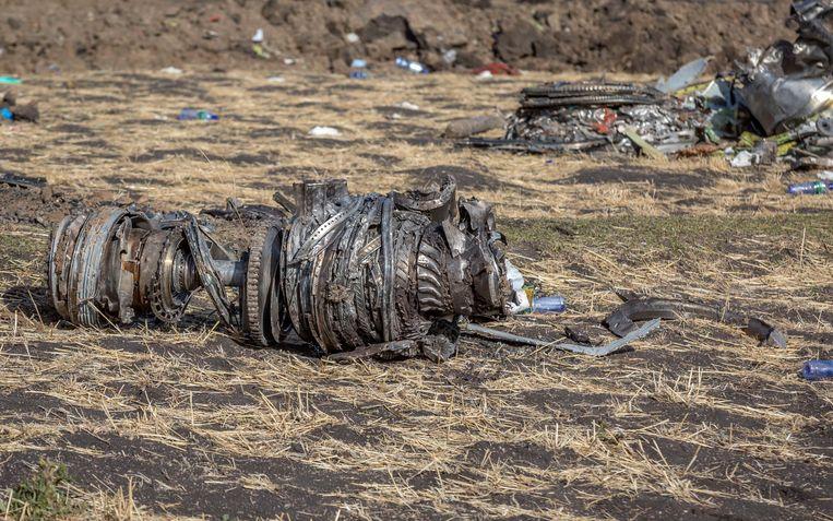 Resten van het toestel van Ethiopian Airlines dat neerkwam ten zuiden van Addis Ababa. Beeld AP
