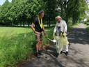 Jaap de Boer met zijn buurvrouw Marian de Jong in actie in het buitengebied van Geesteren.