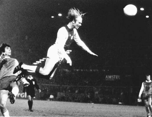 Ruud Geels maakt één van zijn vijf goals tegen Feyenoord (6-0) in 1975. Als spits van Ajax maakte hij twee keer een handvol doelpunten in één wedstrijd.