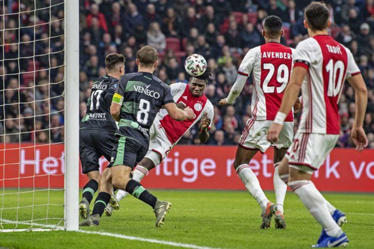 Lassina Traore scoort de 6-0 na een mooie aanval van Tadic en Gravenberch. Beeld Guus Dubbelman / de Volkskrant