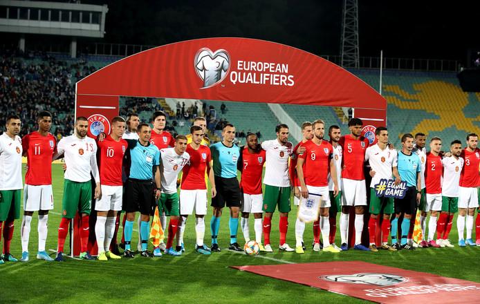 Engeland en Bulgarije vlak voor de aftrap.