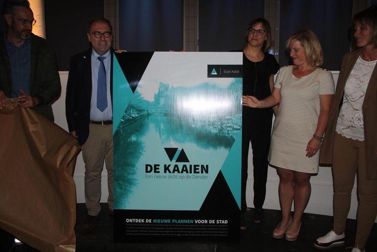 Het schepencollege (met tweede van links burgemeester Christophe D'Haese) stelt het nieuwe campagnebeeld voor.