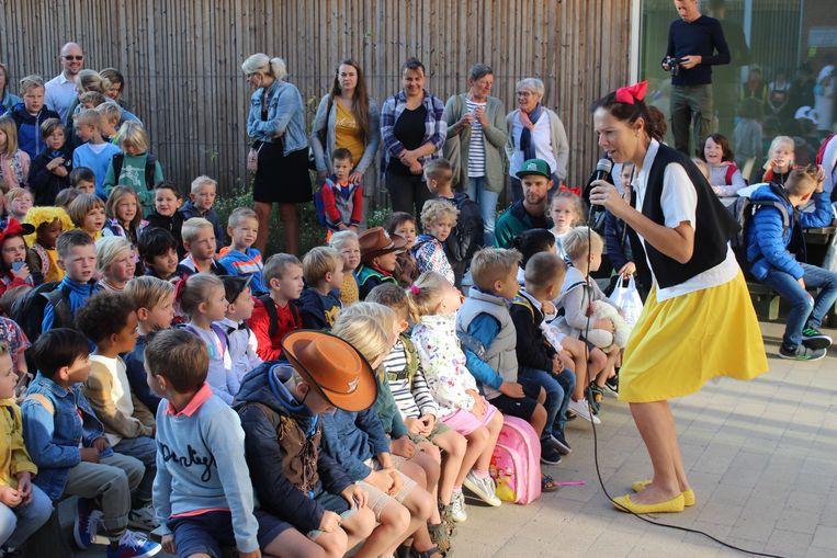 Directeur Stefanie sprak de kinderen toe, verkleed als Rozemieke uit de Vlaamse stripreeks Jommeke.