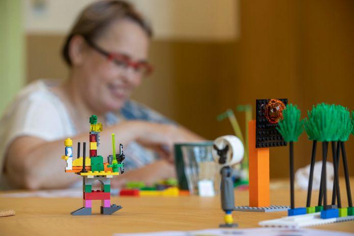 Deelnemers aan de workshop Lyrisch LEGO'en tijdens ZinZin Wageningen maakten een hommage aan Wageningen met hulp van Legoblokjes.