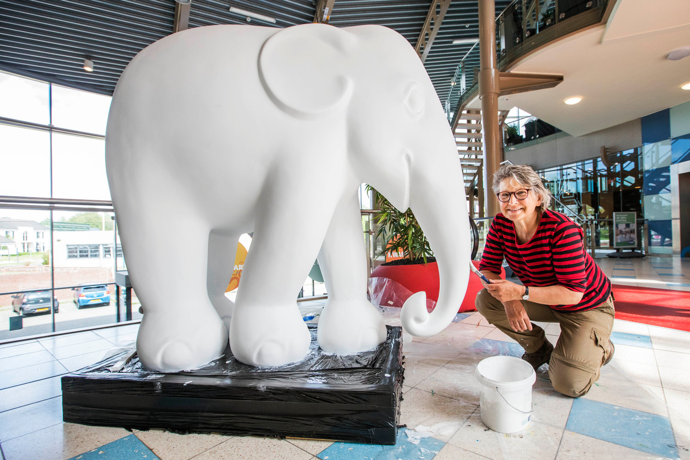 José Koebrugge bij de door haar te beschilderen olifant.