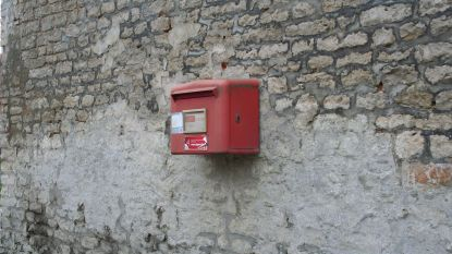Rode brievenbus per vergissing weggehaald wordt teruggeplaatst