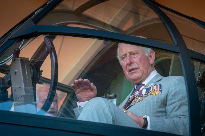 Prins Charles bestudeert de cockpit van de Horsa, het beroemde Britse zweefvliegtuig van de Slag om Arnhem, tijdens de Airborne Herdenkingen van 2019.