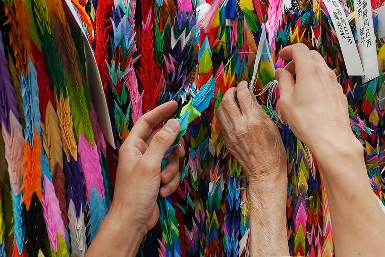 Volgens een oud Japans verhaal mogen mensen die duizend kraanvogels vouwen een wens doen.