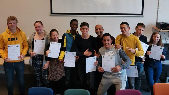 De leerlingen kregen het certificaat uit handen van Preventieschepen Abdrahman Labsir.