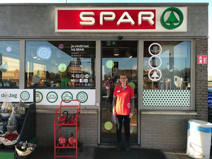 Marleen Snijders bij 'haar' tankstation in Zierikzee.