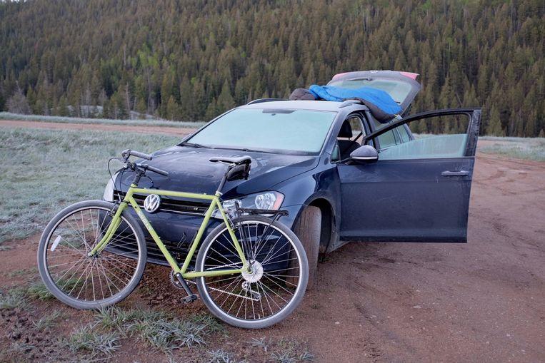 Carriers blauwe Volkswagen, waar precies genoeg plek in is voor Augie en hemzelf. Beeld null