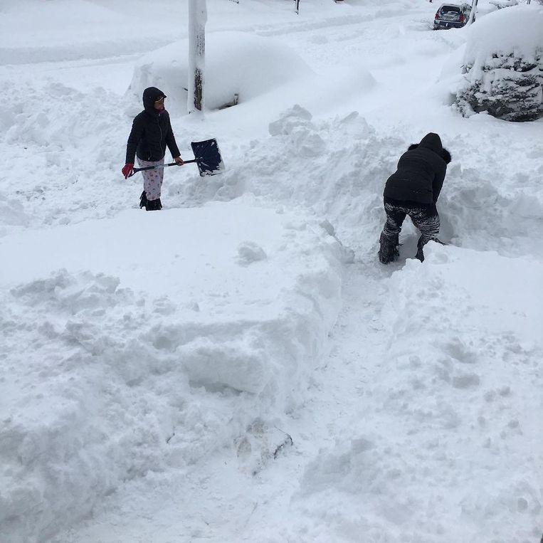 Inwoners van Erie (Pennsylvania) ruimen sneeuw.