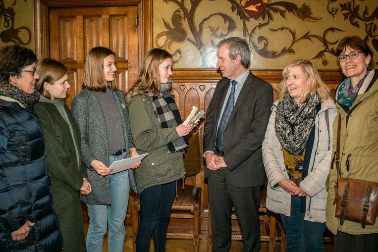 Vorig jaar op Gedichtendag trakteerden Lisanne, Sofie en Emma (16) van de Heilige Familie de burgemeester op een haiku.