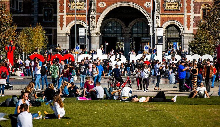 Het bekende beeld op het Museumplein. Vele toeristen klauterden op de letters voor een foto.