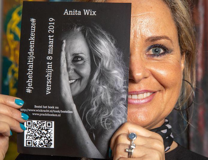 Anita Wix met het boek dat dus tóch uit de handel moet worden genomen. In maart won zij nog een kort geding dat haar ex had aangespannen om het boek niet te laten verschijnen.