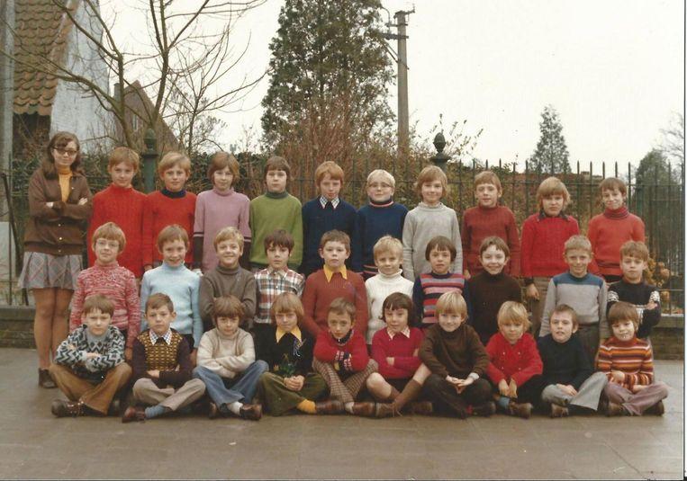 Een klasfoto van 43 jaar geleden: links een jonge juffrouw Rachel en rechts beneden een vertederende Dirk De Smul.
