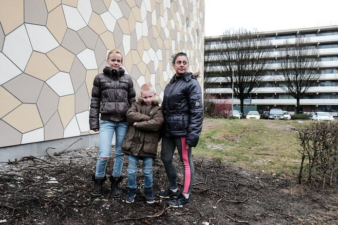 Nicky Garbers links, buurvrouw Jessica van Oostveen rechts en een van de kinderen.