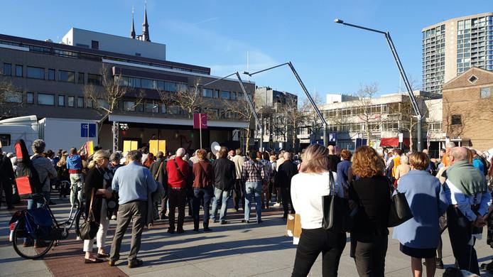 Protest op het Eindhovense Stadhuisplein tegen mogelijke bezuinigingen bij het Muziekgebouw.