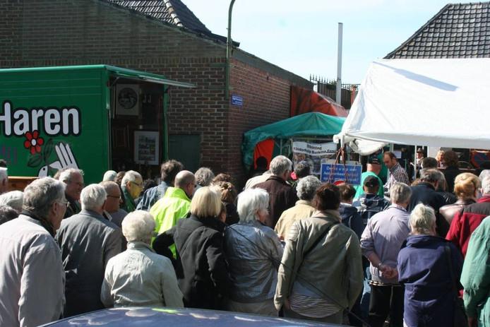 Ruim voor aanvangstijd staan de mensen te wachten om op de markt toegelaten te worden.