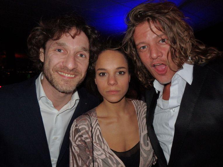 Cabaretier Javier Guzman, actrice Chloé Leenheer en acteur Tycho Gernandt (vlnr), al iets later op de avond tijdens het Filmbal. Beeld Schuim