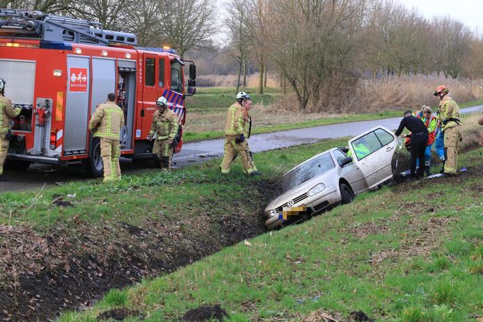 De auto schoot in de sloot.