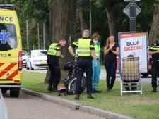 Motorrijdster botst achterop auto in Apeldoorn en komt hard ten val