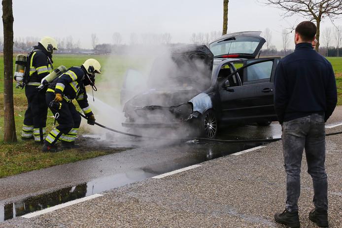 Op de Rekken in Vinkel is vanmiddag tijdens een proefrit een personenauto in brand gevlogen.