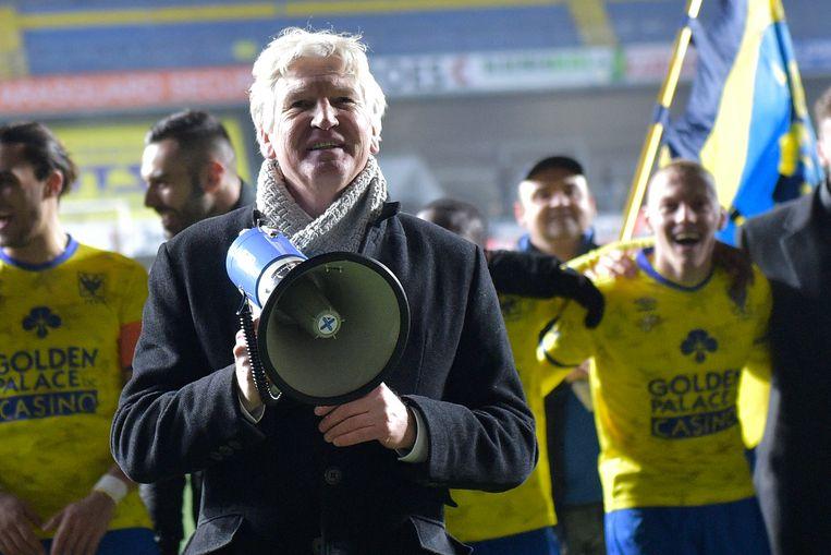 Marc Brys viert met de Truiense fans na de stuntzege tegen Anderlecht.