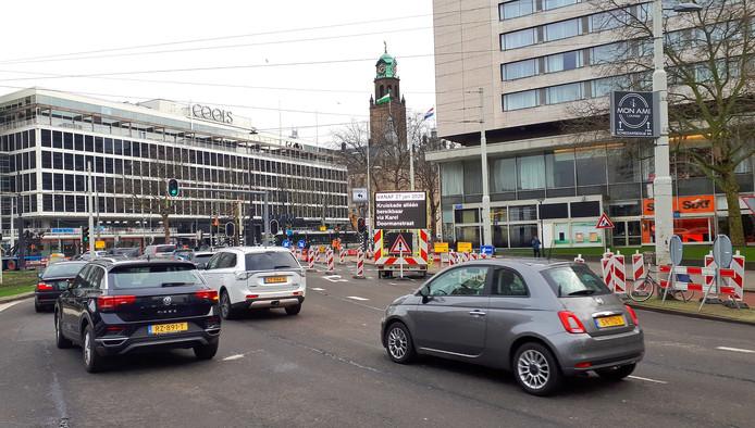 De afslag vanaf het Rotterdamse Hofplein naar de Kruiskade is de komende vijf weken afgesloten. Dat betekent nog meer opstoppingen op het toch al drukke verkeersplein.