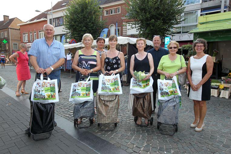 De prijswinnaars van de Dag van de Markt, met hun gewonnen trolly en waardebonnen.