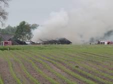 Grote brand in caravanopslag met asbestdak in Laren onder controle