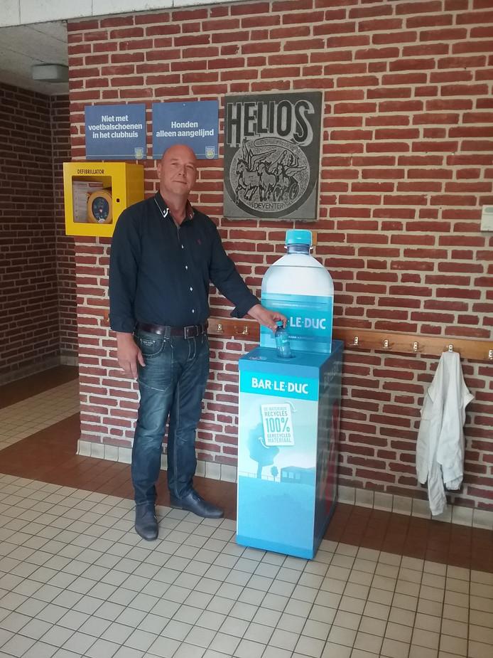 Voetbalclub SV Helios in Deventer doet mee met de 'Meest Duurzame Sportclub van Nederland'-wedstrijd en gaat plastic flessen inzamelen voor hergebruik.