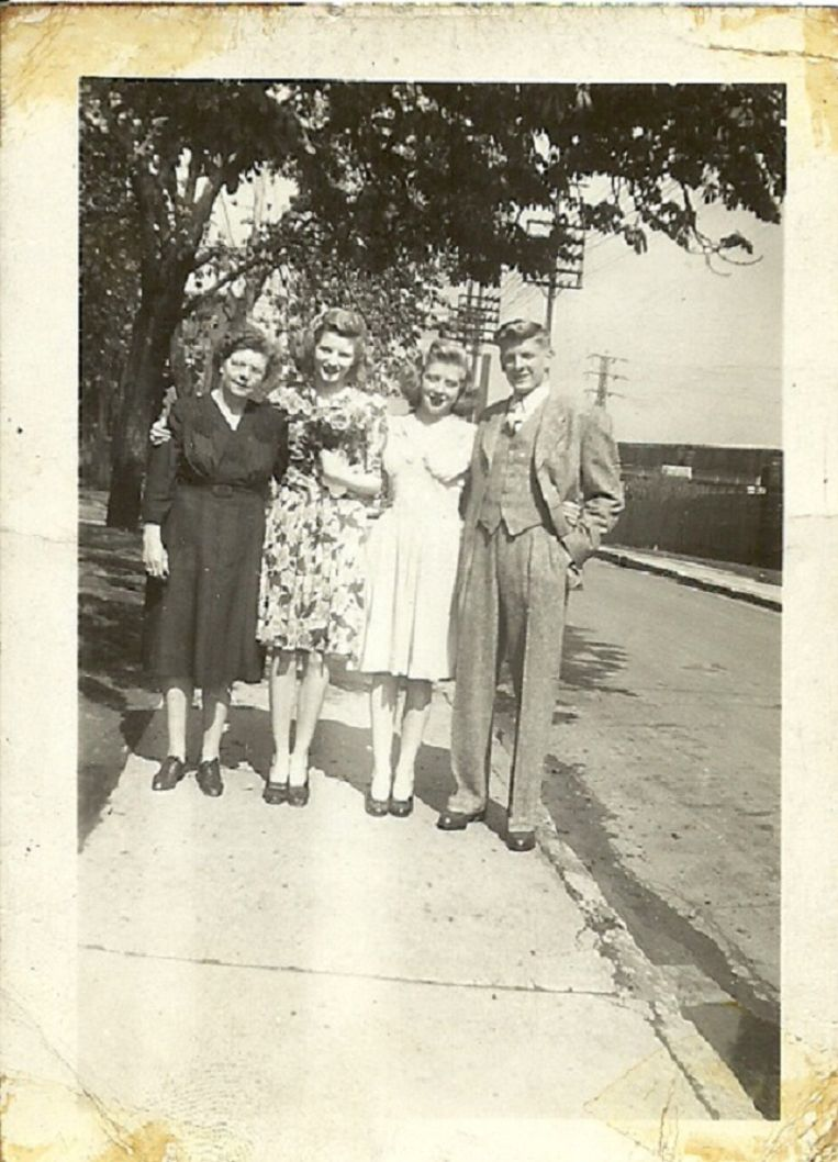 'This is the family' - mom, Millie, Lennie, Harold on George and Lenora's wedding day. Beeld Familiecollectie