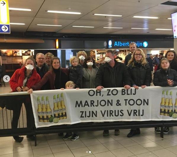 Toon van Sadelhoff en Marjon Eijlers worden warm onthaald op Schiphol.