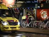 Boze cafébezoeker rijdt met auto in op feestgangers, politie start zoekactie