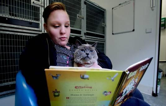 Melody leest voor aan poes Grietje, toepasselijk het sprookje Hans en Grietje.