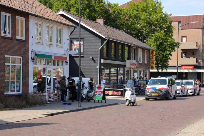 Voor de pizzeria aan het Hofveld in Apeldoorn is een man neergestoken.