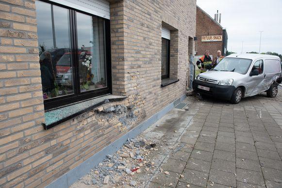 Archiefbeeld - Op 14 augustus 2019 reed een bestuurder tegen een geparkeerde auto en de gevel van één van de woningen langs de N60.