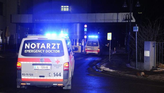 Een ambulance arriveert bij het ziekenhuis waar prins Johan Friso wordt behandeld. © ANP