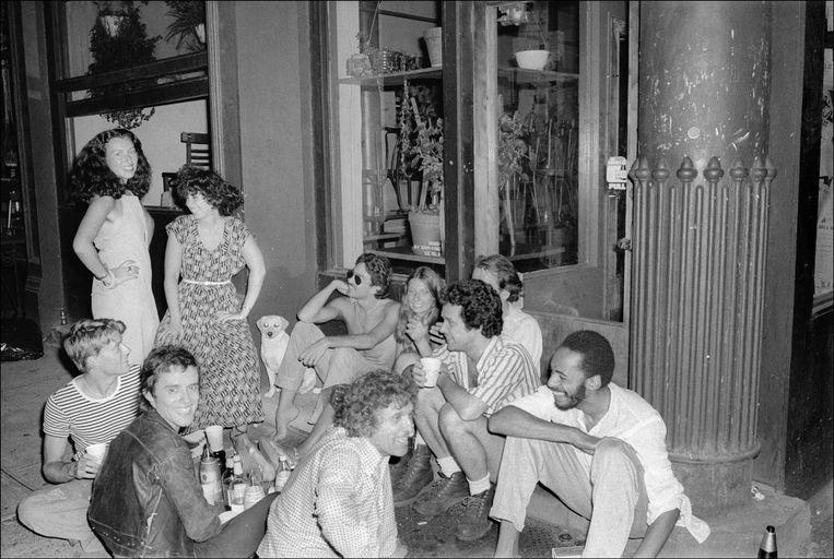 Een spontaan straatfeestje in SoHo tijdens de nacht van 13 juli 1977, toen het licht uitviel in heel New York. Beeld Getty Images
