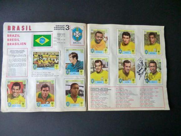 Pelé, de latere winnaar van het WK, heeft zowel de cover als zijn eigen plaatje gesigneerd.