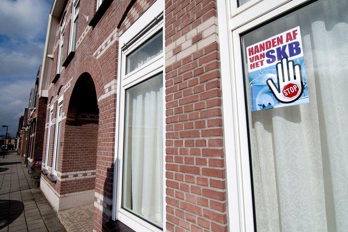 De slogan 'Handen af van het SKB' hing in 2012  wekenlang achter het raam van tientallen woningen in Winterswijk.