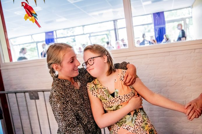Danike met haar klasgenootje Andrea ten Hove. Beiden verlaten nu 't Schrijvertje in Apeldoorn; Danike gaat volledig verder op de Daniël de Brouwerschool.