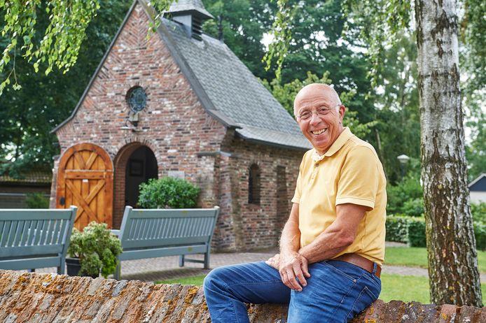 Piet van Maasakkers bij de kapel in Volkel.